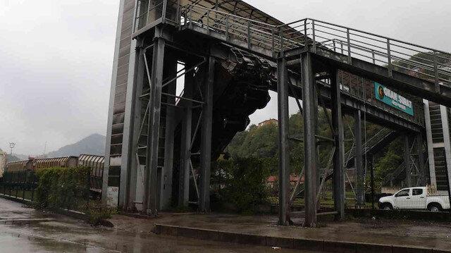 Zonguldak'ta kaza yapan vagon üst geçide çarptı