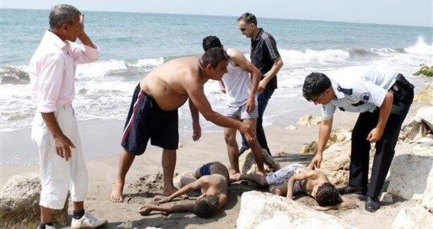 2 çocuğu boğulmaktan son anda kurtardı!