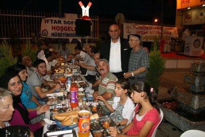 Hüseyinoğlullar'ından 1000 kişiye iftar yemeği