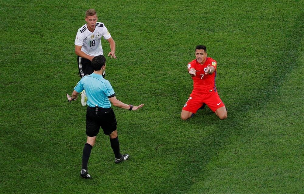 Alexis Sanchez ve hakeme itirazı...