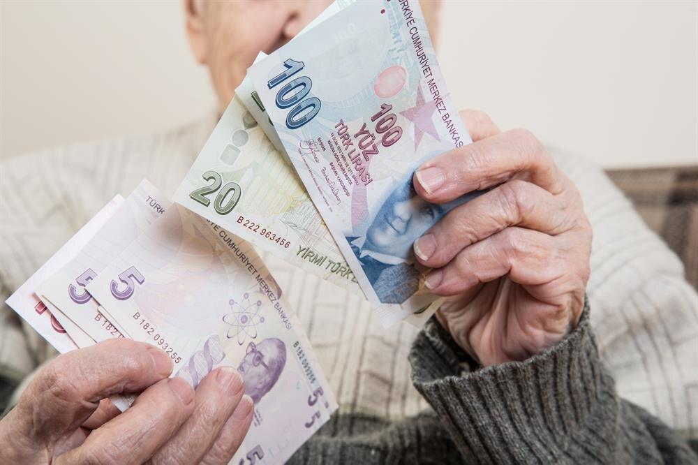 65 yaş üstü vatandaşlara devlet yaşlılık maaşı veriyor.