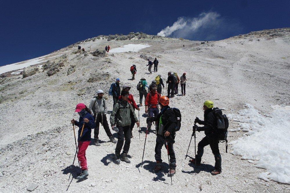 Turkish climbers raise national flag on highest peaks in Iran