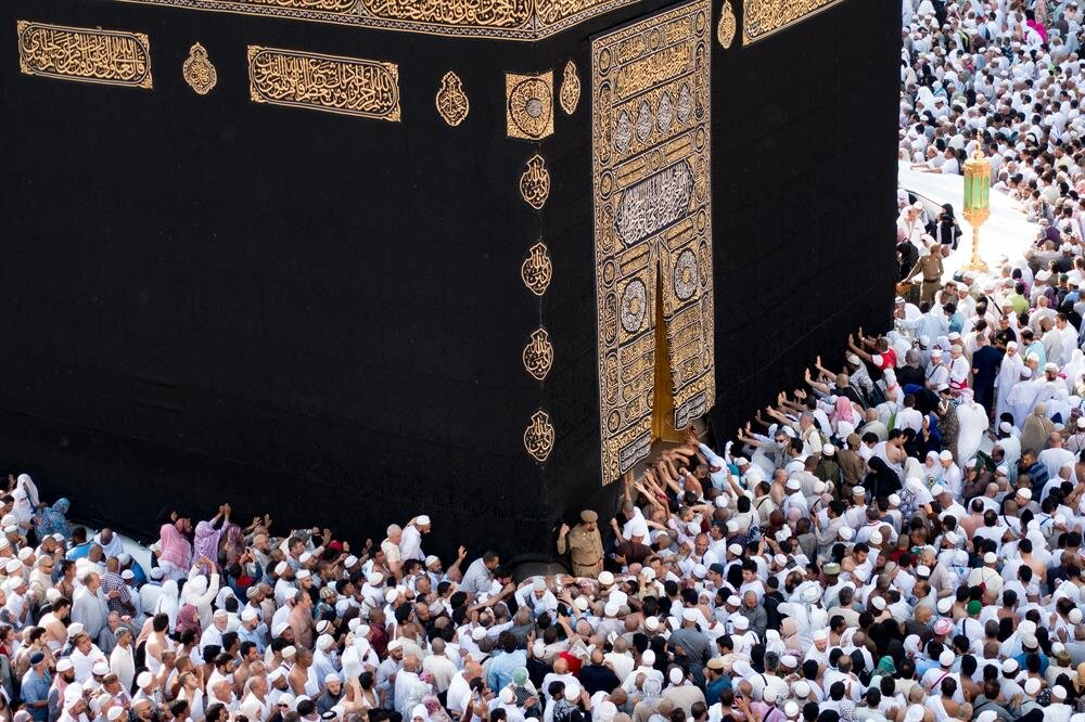 Hac vazifesi, Hz. İbrahim'den bugüne Müslümanların hayatına yeni bir şuur katarak her sene yüz binlerce Müslümanın 'hacı' olmasına vesile oluyor.