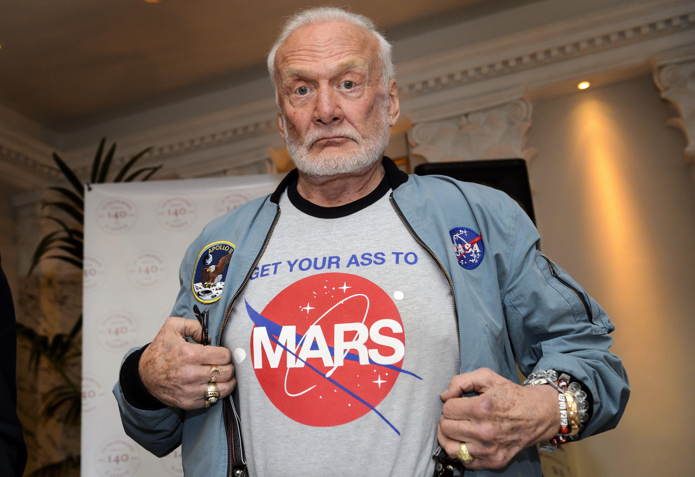 Buzz Aldrin, orijinal tarzıyla da bilim dünyasının alaka toplayan isimlerinden biri.
