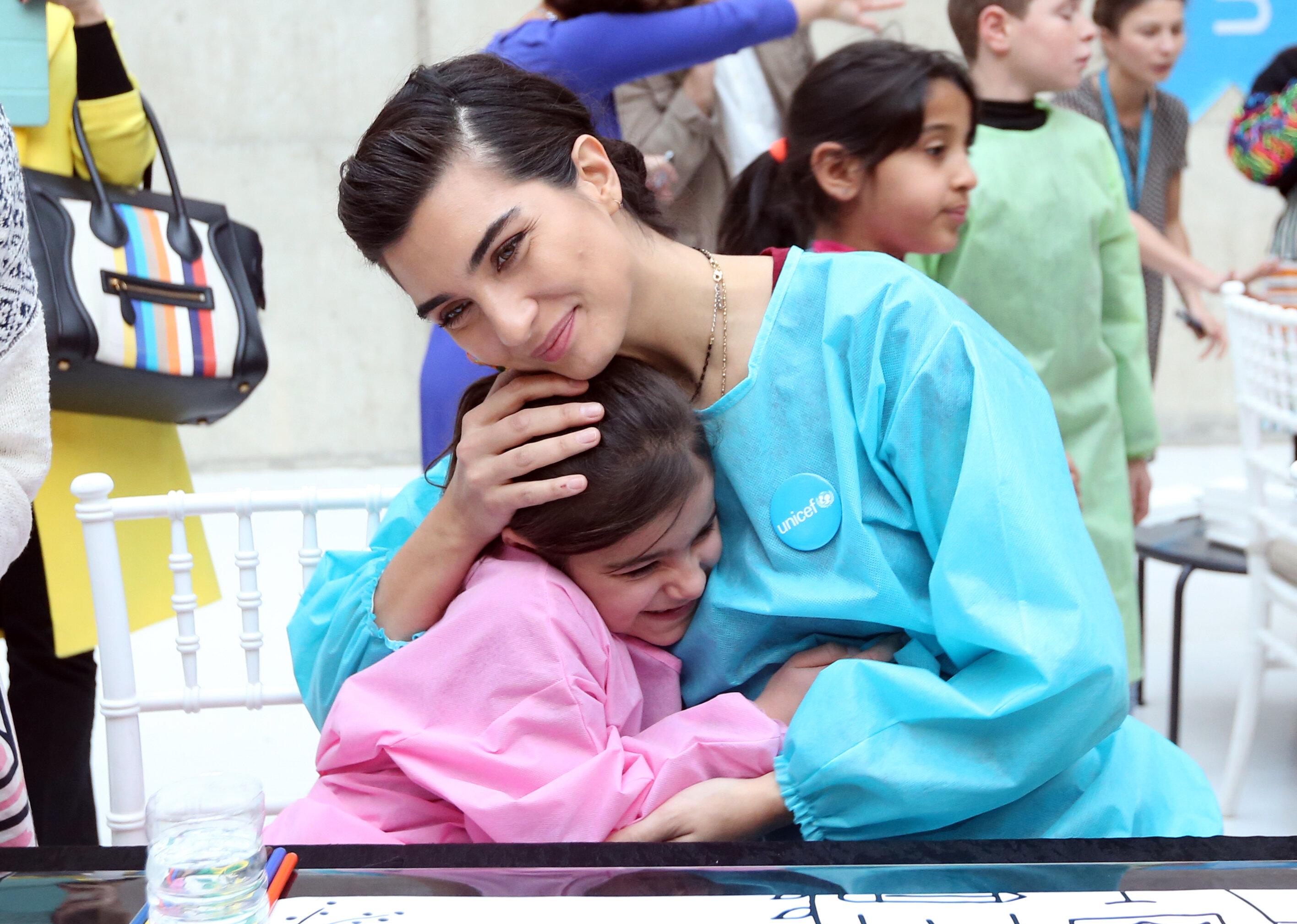 """أنقرة.. الفنانة """"توبا"""" تقضي """"يوما في المتحف"""" مع أطفال سوريا"""