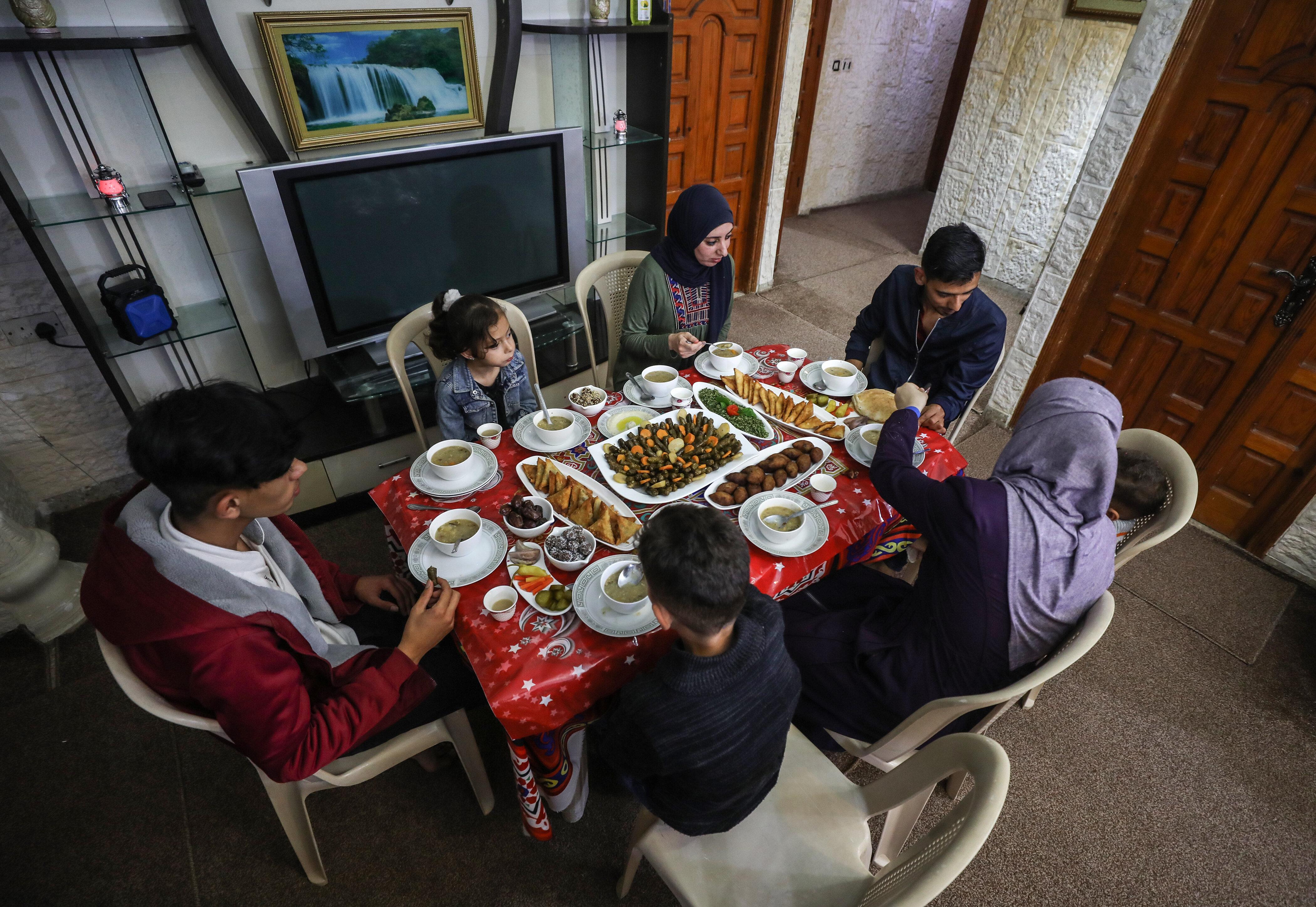"""غزة..كورونا يمنع اجتماع عائلة """"الدغمة"""" على مائدة إفطار رمضان"""