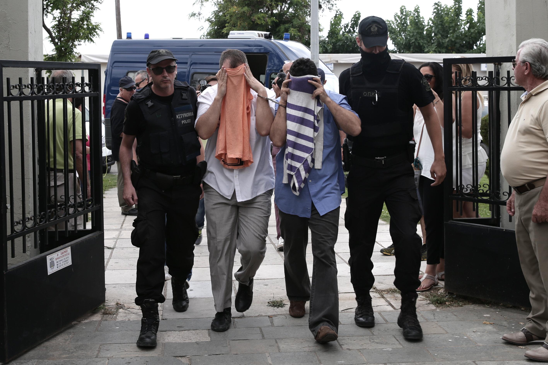 FETÖ'nün darbe girişiminin ardından Sikorsky tipi askeri helikopterle Yunanistan'a kaçan 8 askerin rütbeleri sökülmüş, darbe girişimine katılan askerler Yunanistan'dan siyasi sığınma talebinde bulunmuştu.