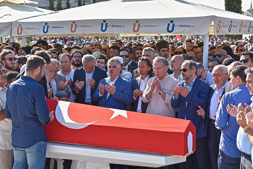 Albayrak Holding yönetim kurulu ve Yeni Şafak gazetesi Genel Yayın Yönetmeni İbrahim Karagül cenaze namazına katıldı.