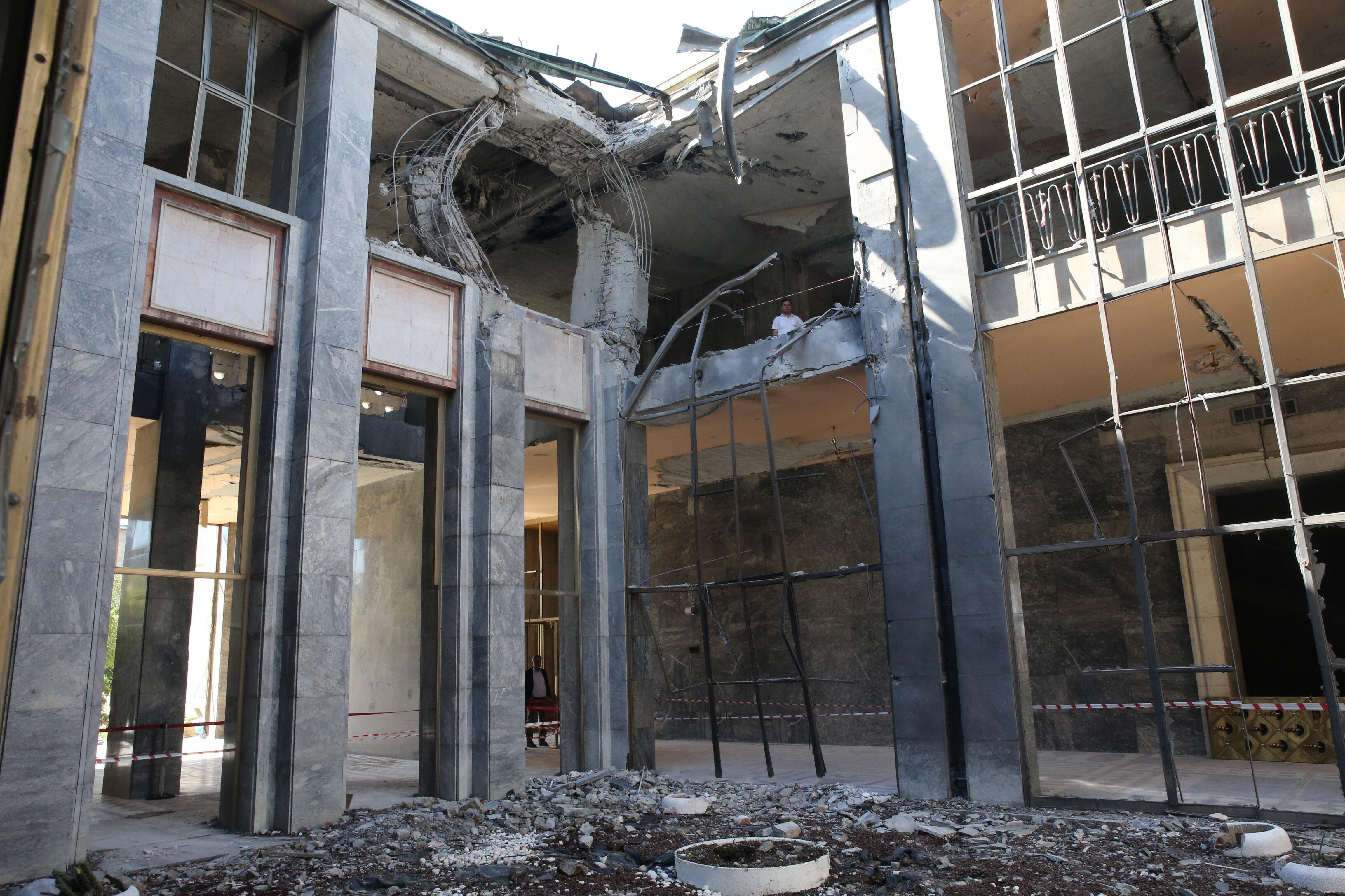 Meclis binasına atılan bombaların verdiği hasar gün ağarınca ortaya çıktı.