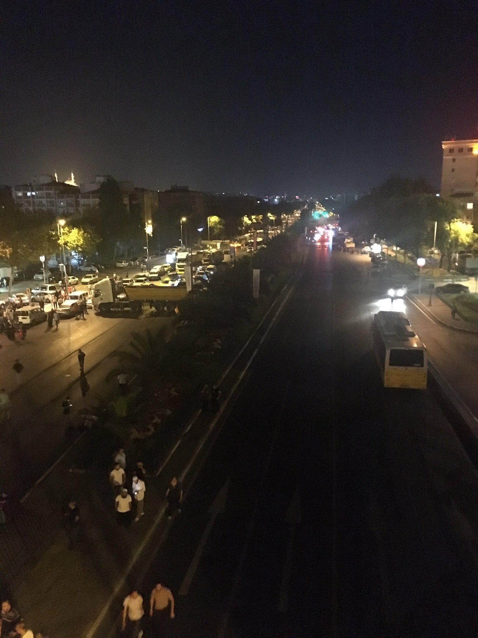 Emniyet güçleri ve vatandaşlar bir hafriyat kamyonunu yatay olarak yola çekerek tankların Vatan caddesindeki İstanbul Emniyet Müdürlüğüne geçişlerini engelledi.