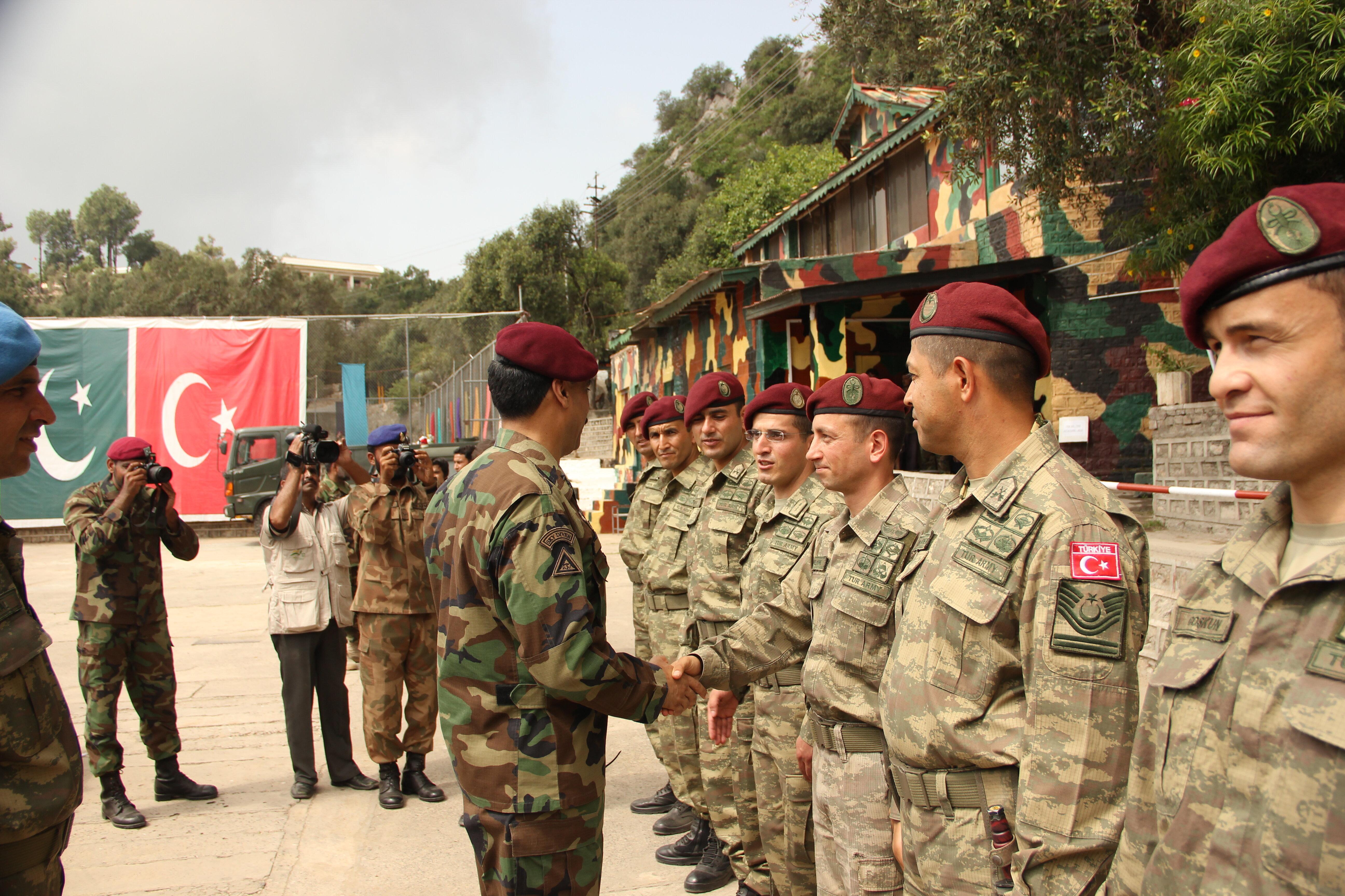 Tatbikatın sonunda dönemin Pakistan Özel Kuvvetler Komutanı, gösterdiği başarıdan dolayı Halisdemir'i tebrik ederek kendisine brövesini takmıştı.