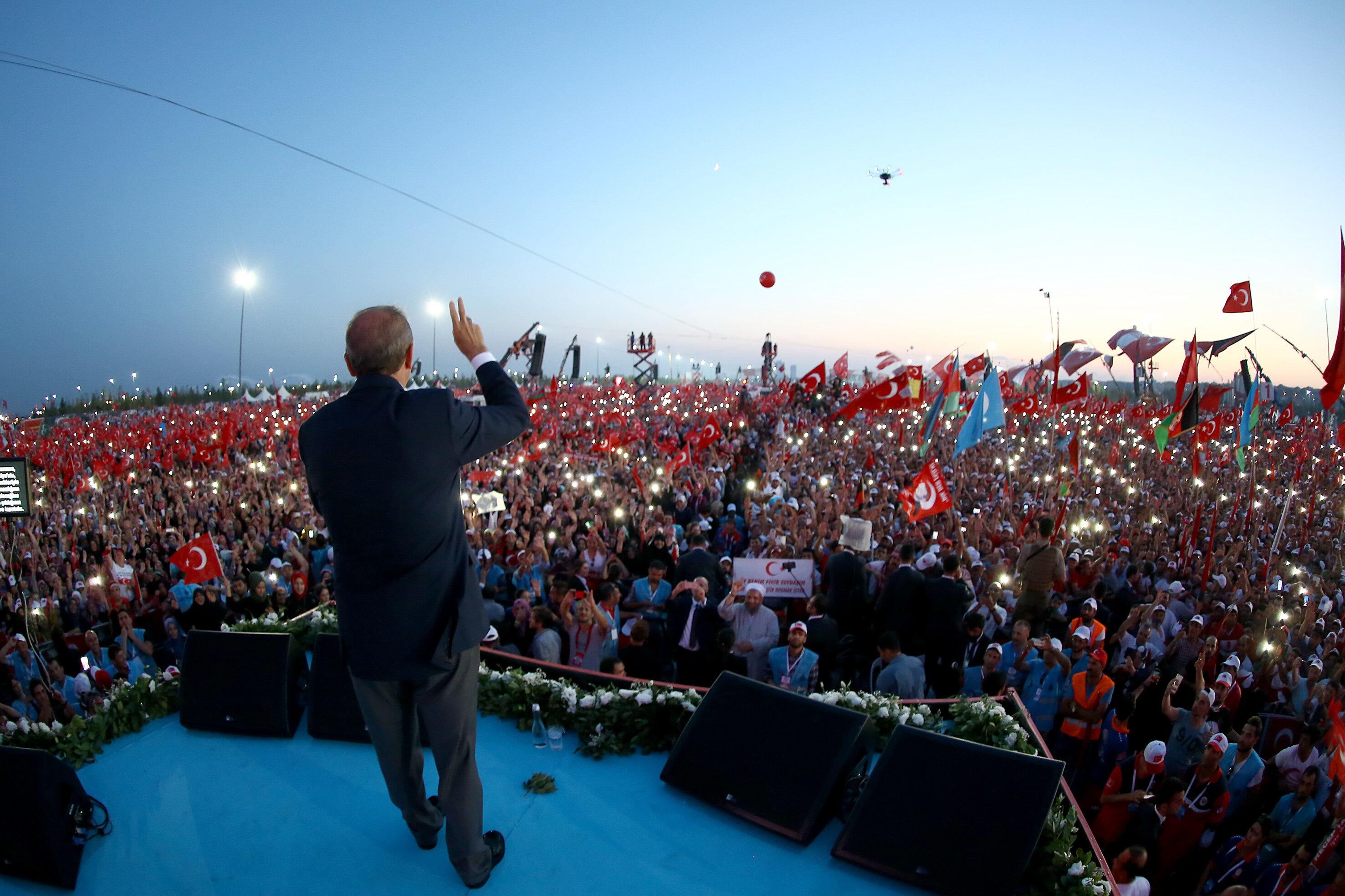 Darbe girişimi sonrasında Cumhurbaşkanı Recep Tayyip Erdoğan'ın çağrısıyla 'Demokrasi ve Şehitler' mitingi İstanbul Yenikapı'da düzenlendi.