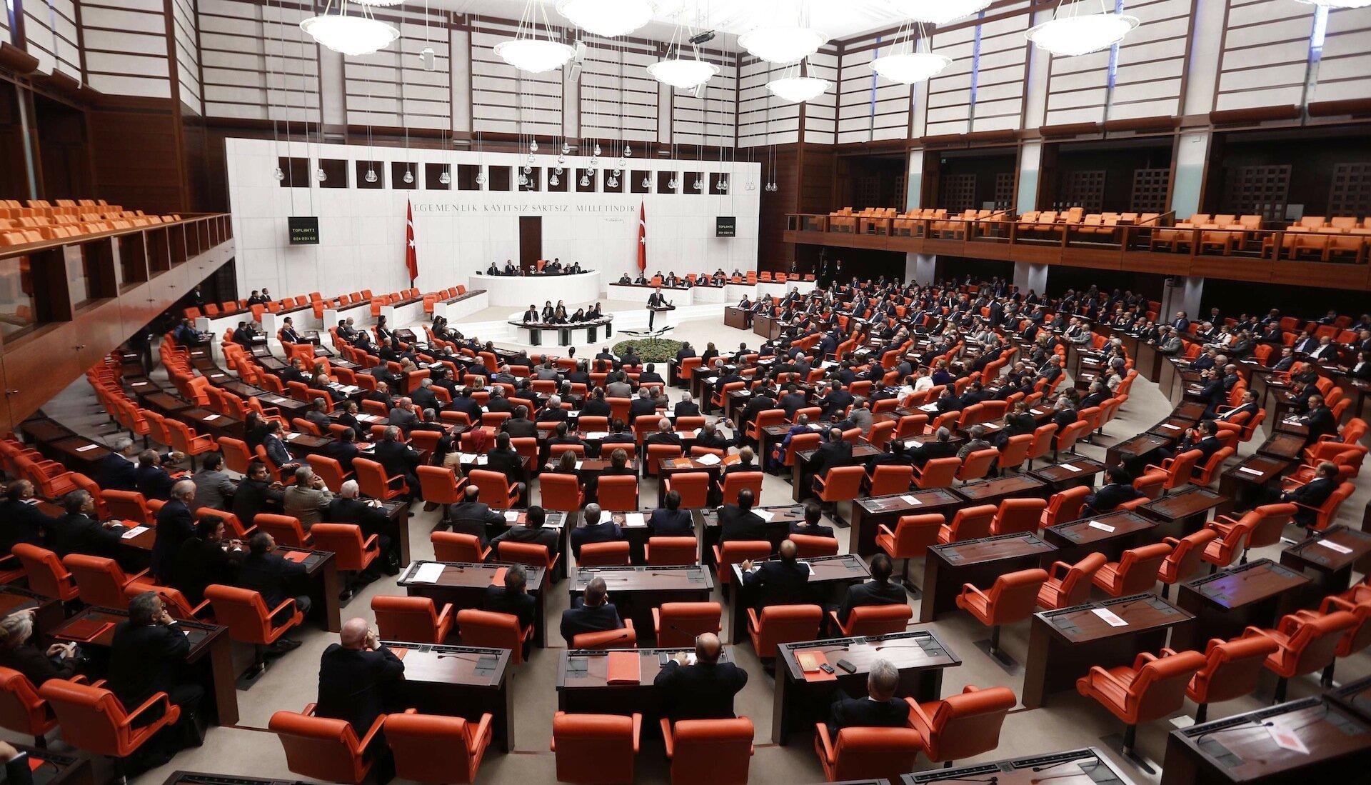 Türkiye Büyük Millet Meclisi tatilde ise derhal toplantıya çağırılır. Meclis, olağanüstü hal süresini değiştirebilir, Bakanlar Kurulunun istemi üzerine, her defasında dört ayı geçmemek üzere, süreyi uzatabilir veya olağanüstü hali kaldırabilir.