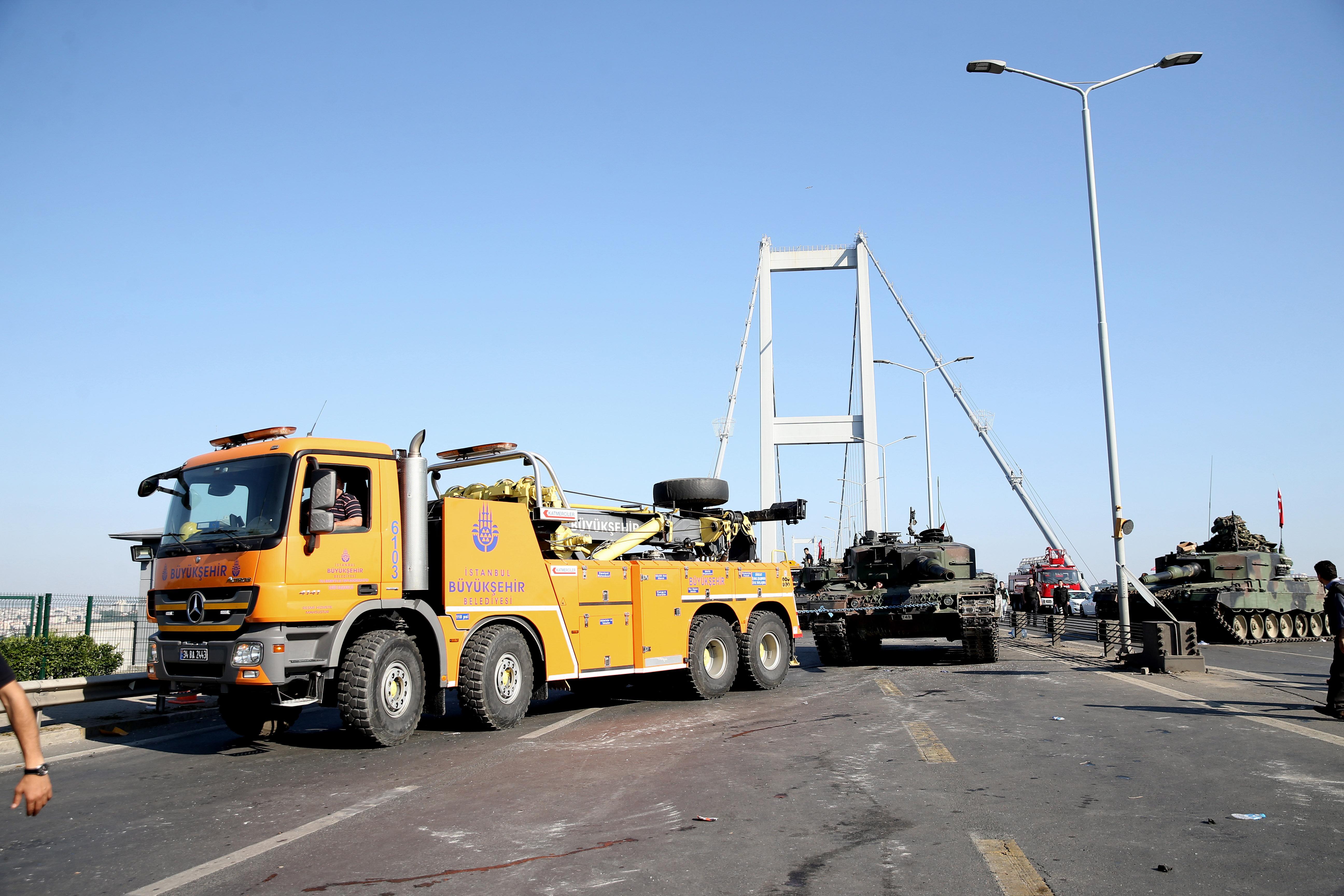 Fatih Sultan Mehmet ve Boğaziçi Köprüsü polislerin tankları çekmesinin ardından trafiğe açıldı.