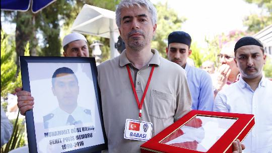 Şehit polisin babası oğlu için türkü besteledi