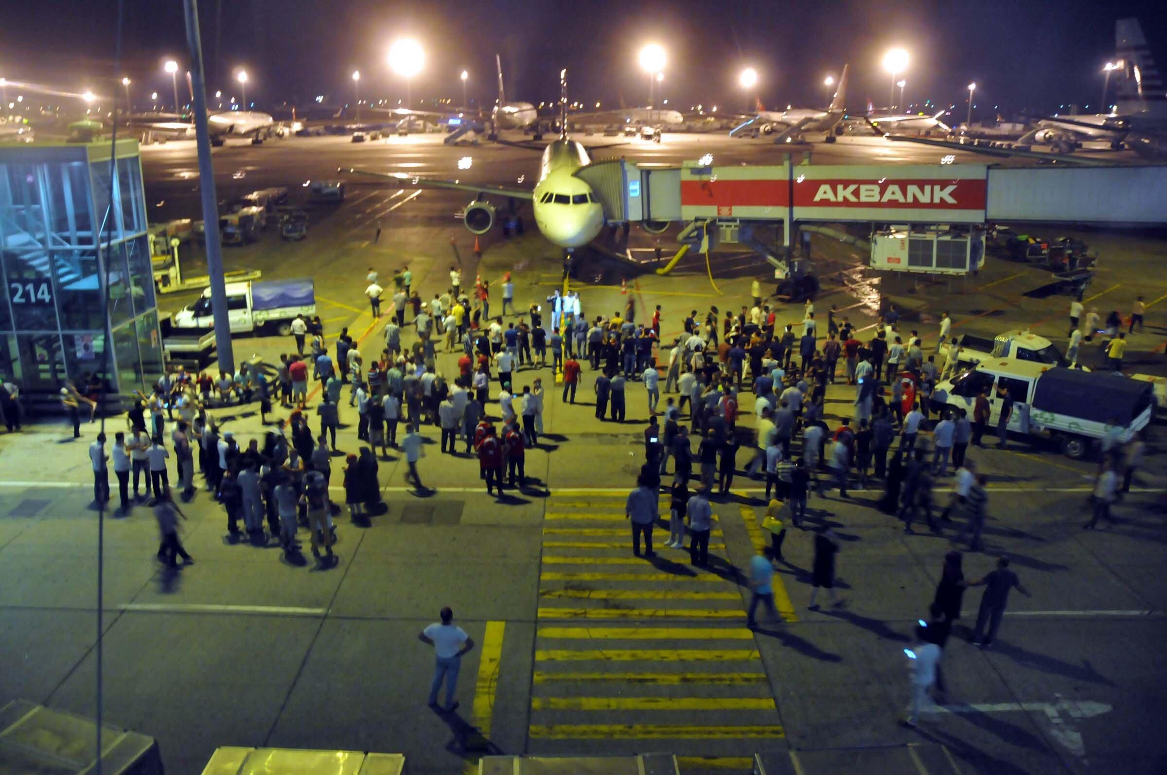 Binlerce vatandaş terminalden aprona girdi.