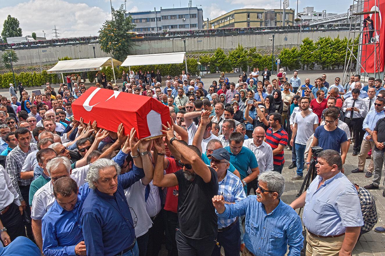 Çalışma arkadaşımız Cambaz'ın cenazesi, Topkapı Albayrak Holding binasına getirildi.