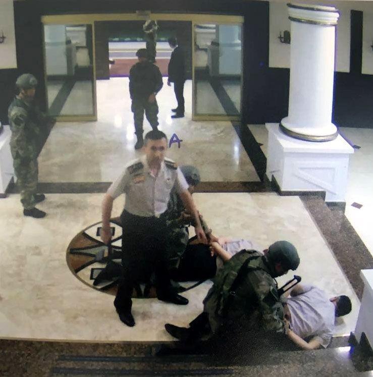 Genelkurmay Başkanı Hulusi Akar ve Genelkurmay 2. Başkanı Yaşar Güler çalıştıkları odalarda darbeciler tarafından derdest edildi.