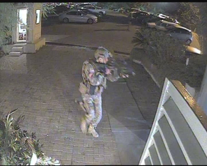 Moda Deniz Kulübü'nün güvenlik kameralarına yansıyan görüntülerde darbeci askerlerin içeriye giriş anı böyle görüntülendi.