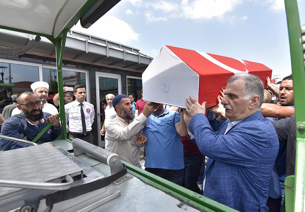 Albayrak Grubu Yönetim Kurulu Başkanı Ahmet Albayrak, şehidin tabutunu cenaze aracına yüklüyor.