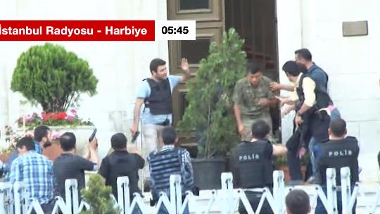 TRT İstanbul Radyosu'ndaki darbecilerin teslim anı
