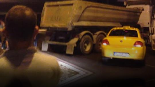 Hafriyat kamyonları tankların karşısında