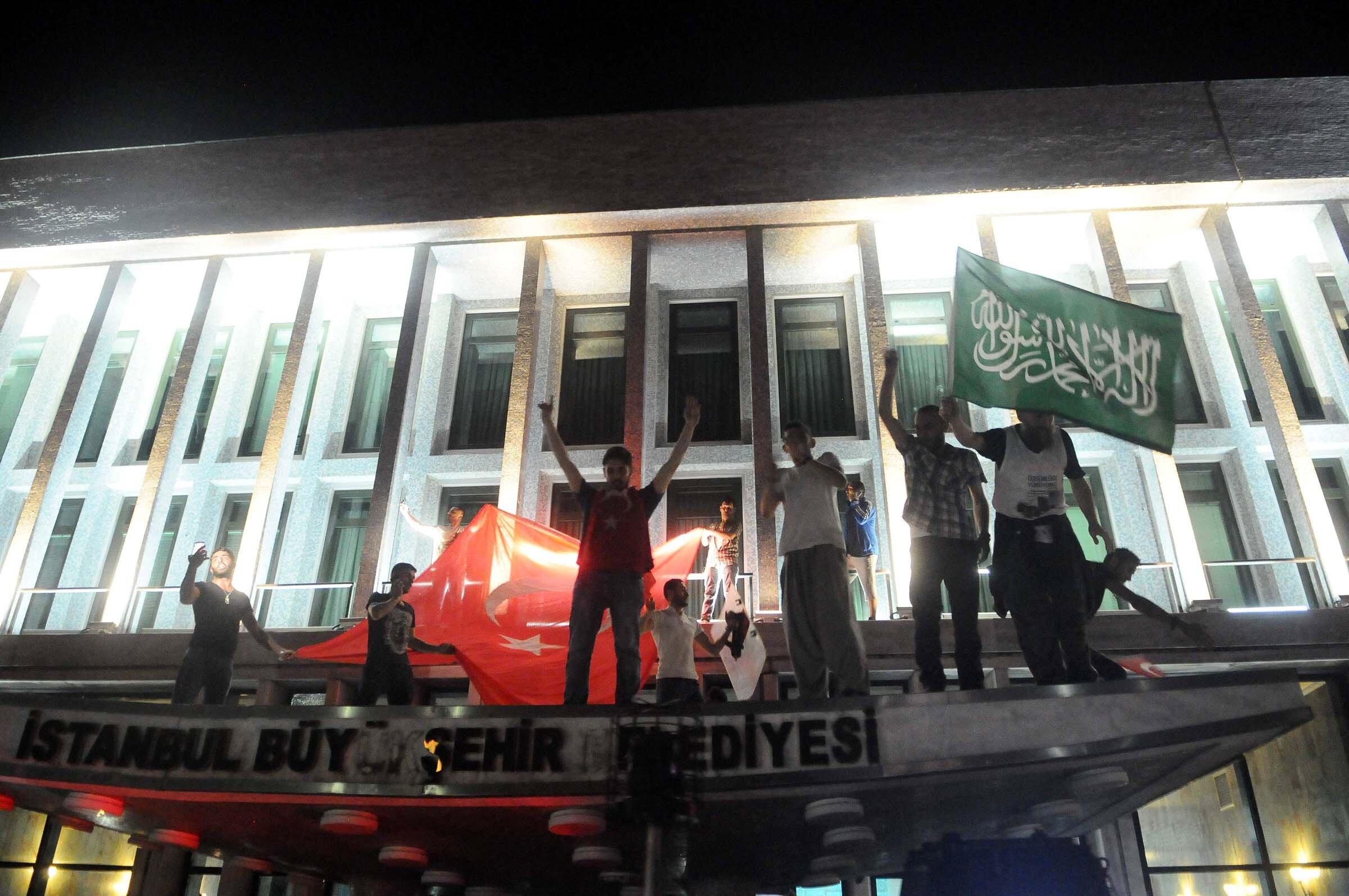 Vatandaşlar, İBB önünde konuşlandırılan 2 askeri aracı ise kullanılamaz hale getirdi. İBB'deki çatışmalarda 17 belediye çalışanı şehit düştü.