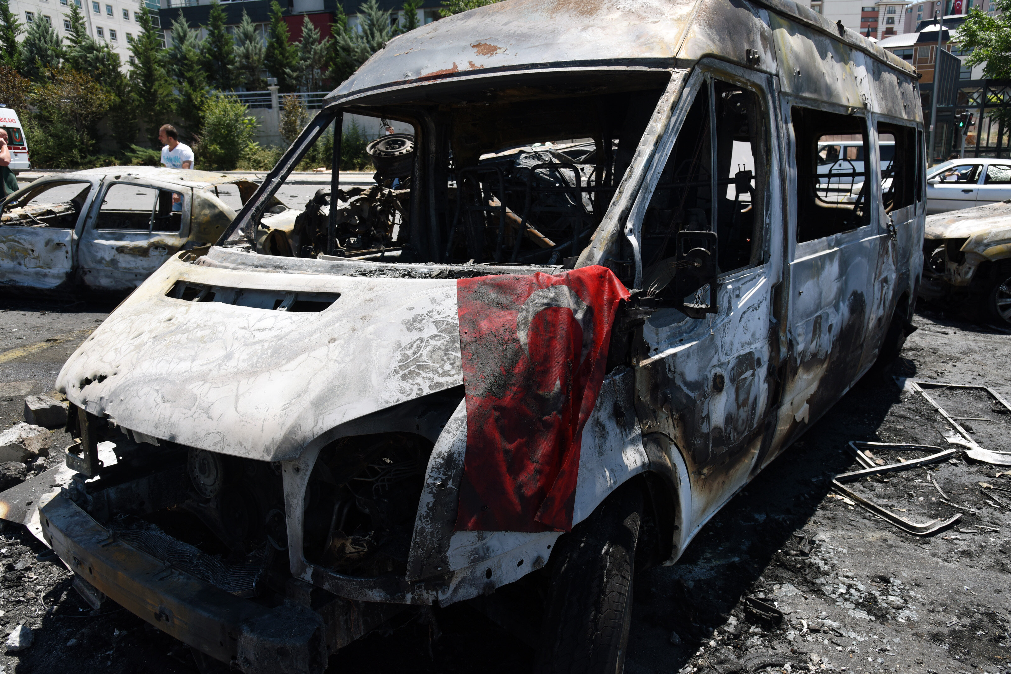Darbeci pilotların kontrolündeki F16'lar ile atılan bombaların Külliye'ye verdiği zarar gün ağarınca ortaya çıktı.