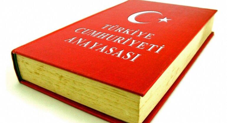 1982 anayasasının 119-122 maddelerine göre Türkiye'de dört farklı türde sıradışı yönetim vardır. Bunlar sıkıyönetim, olağanüstü hal, seferberlik ve savaş halidir.