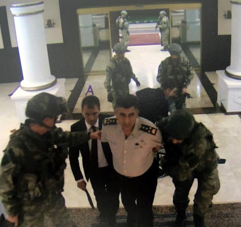 Fotoğrafta Salih Zeki Çolak darbeci askerler tarafından derdest ediliyor.