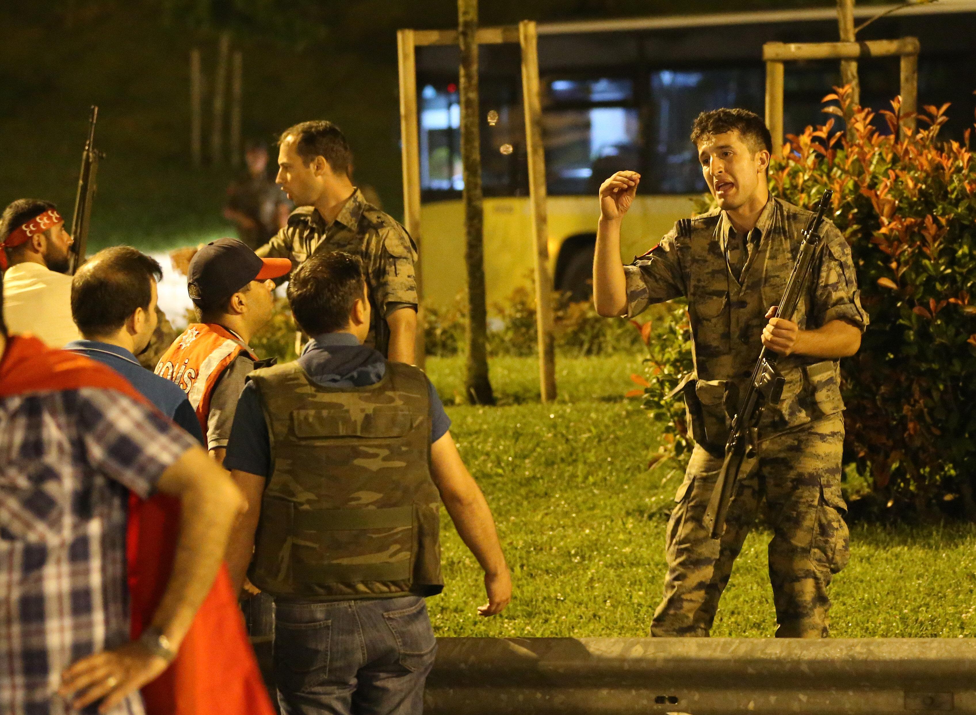 Polis tarafından kapatılan gişelerde asker ile polis arasında çatışmalar yaşandı.