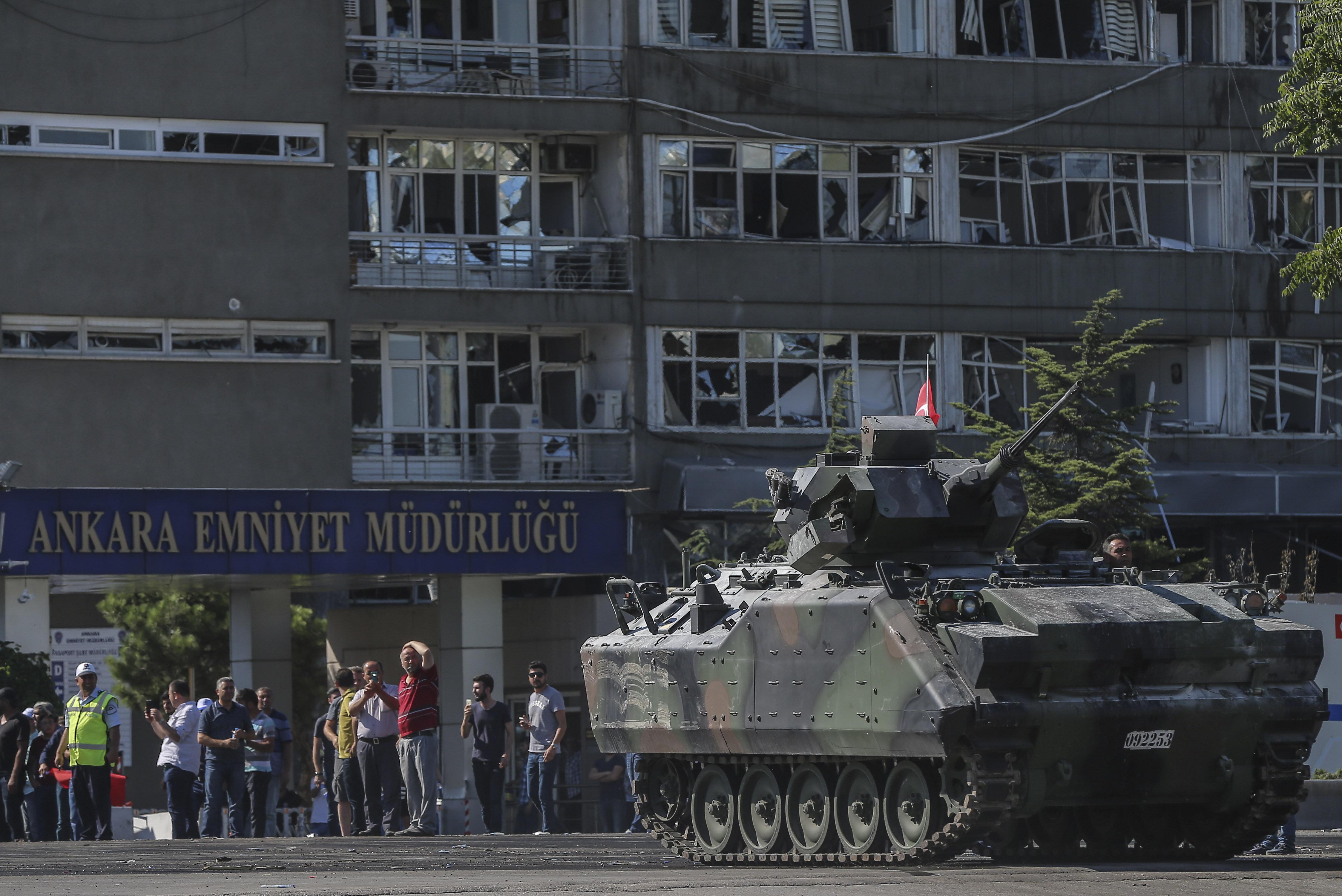 Sabah saat 05.13'e kadar devam eden direnişin ardından darbecilerin kontrolündeki 6 tanka el konuldu, askerler ise gözaltına alındı.