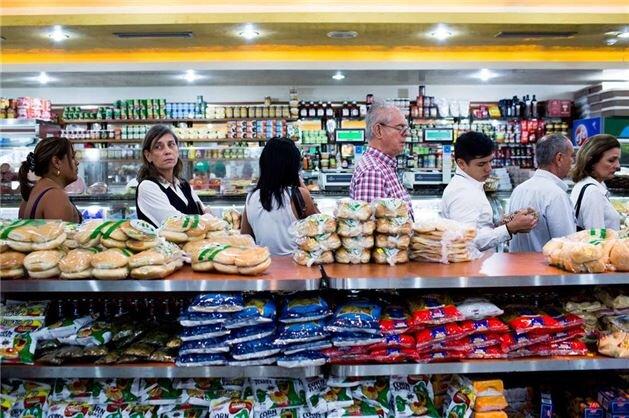 2016'da Venezuela'da protestolar nedeniyle olağanüstü hal ilan edildi. Venezuela Devlet Başkanı Nicolas Maduro, protestoların arkasında ABD'nin olduğunu söyledi. Ülkede OHAL ardından çok büyük protesto gösterileri olmuş; gıda, ilaç ve yakıt gibi hayati ihtiyaçlarda büyük sıkıntılar yaşanmıştır.