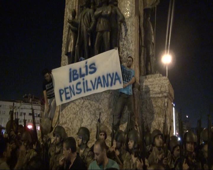 15 Temmuz gecesi etrafı darbeci hainler tarafından sarılan Cumhuriyet Anıtı'na etrafı askerler tarafından sarıldı.  İki kişi askerleri aşarak anıtın üzerine çıktı ve