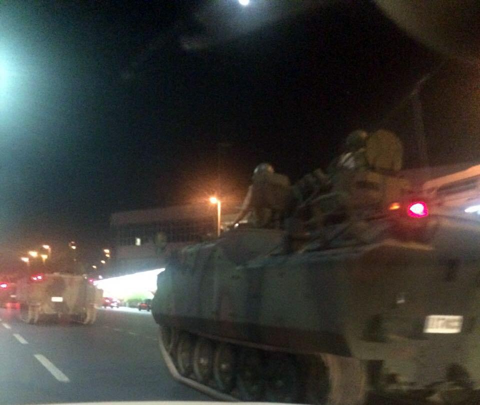 Darbeci askerlerin kontrolündeki tanklar ve zırhlı personel taşıyıcıları Atatürk Havalimanına hareket etti.