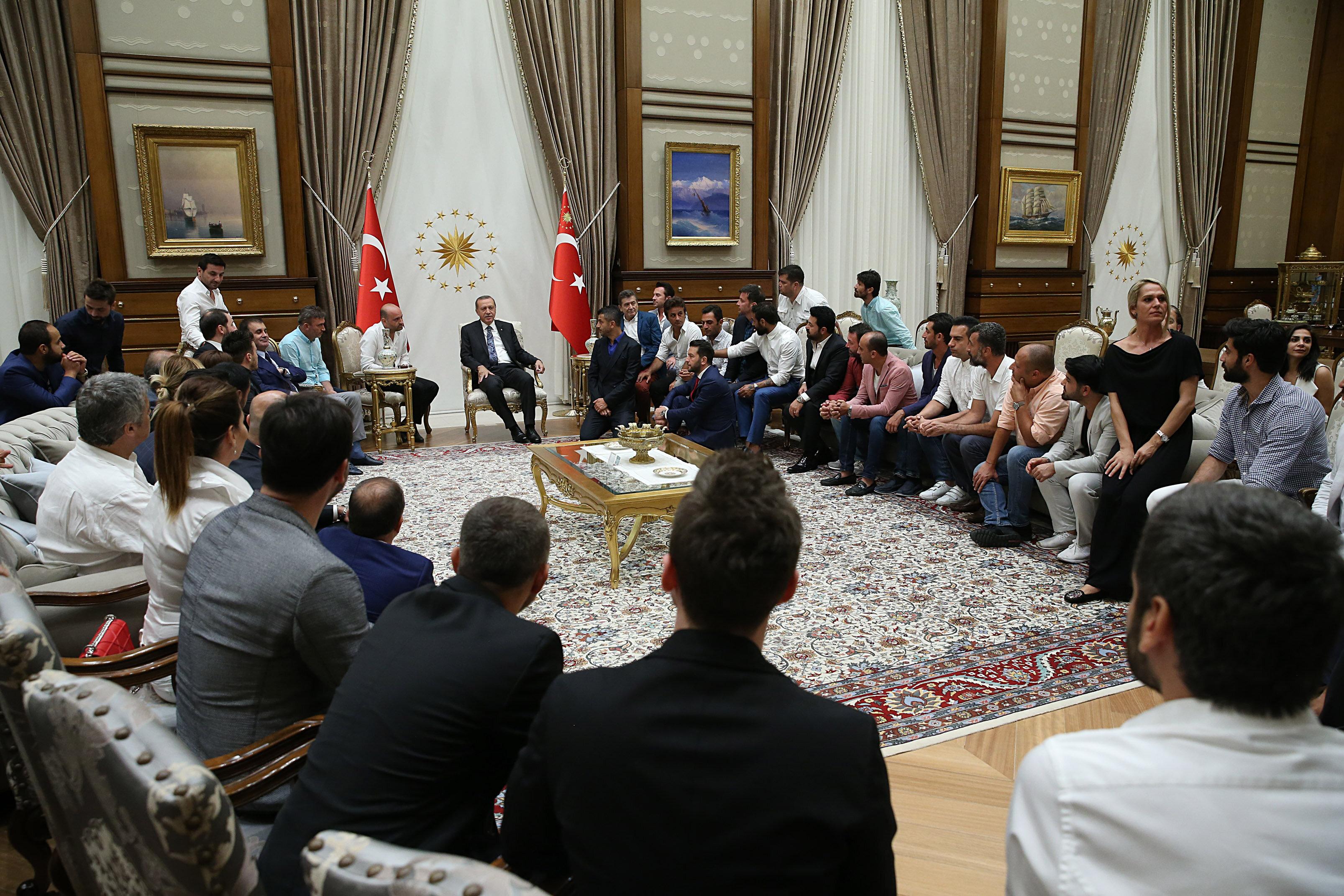 Cumhurbaşkanı Erdoğan ünlüler ile bir süre sohbet etti.