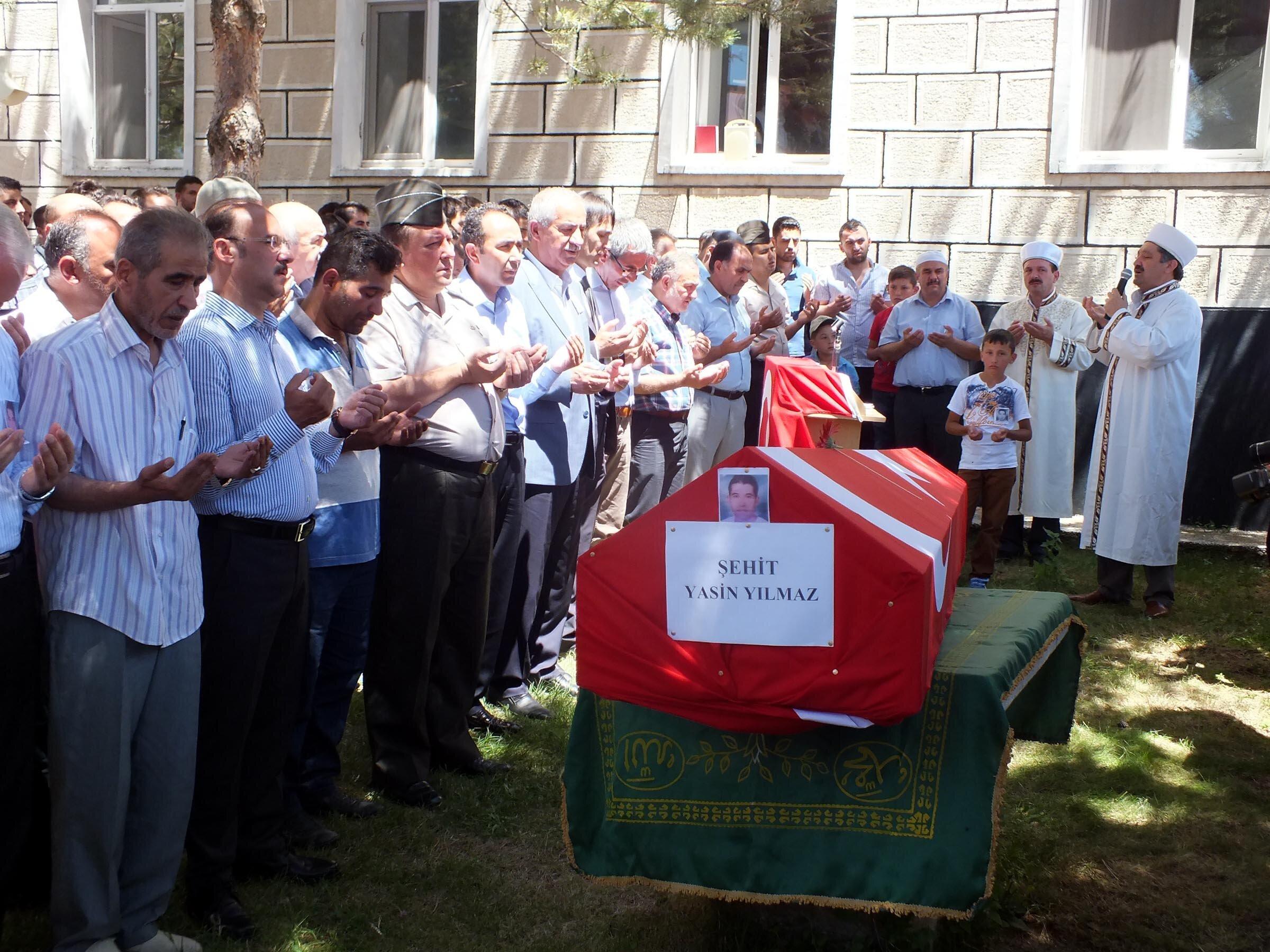 Kazan ilçesinde Akıncılar Hava Üssünden açılan ateş sonucu hayatını kaybeden Yasin Yılmaz memleketi Yozgat'ta düzenlenen cenaze töreni ile son yolculuğuna uğurlandı.