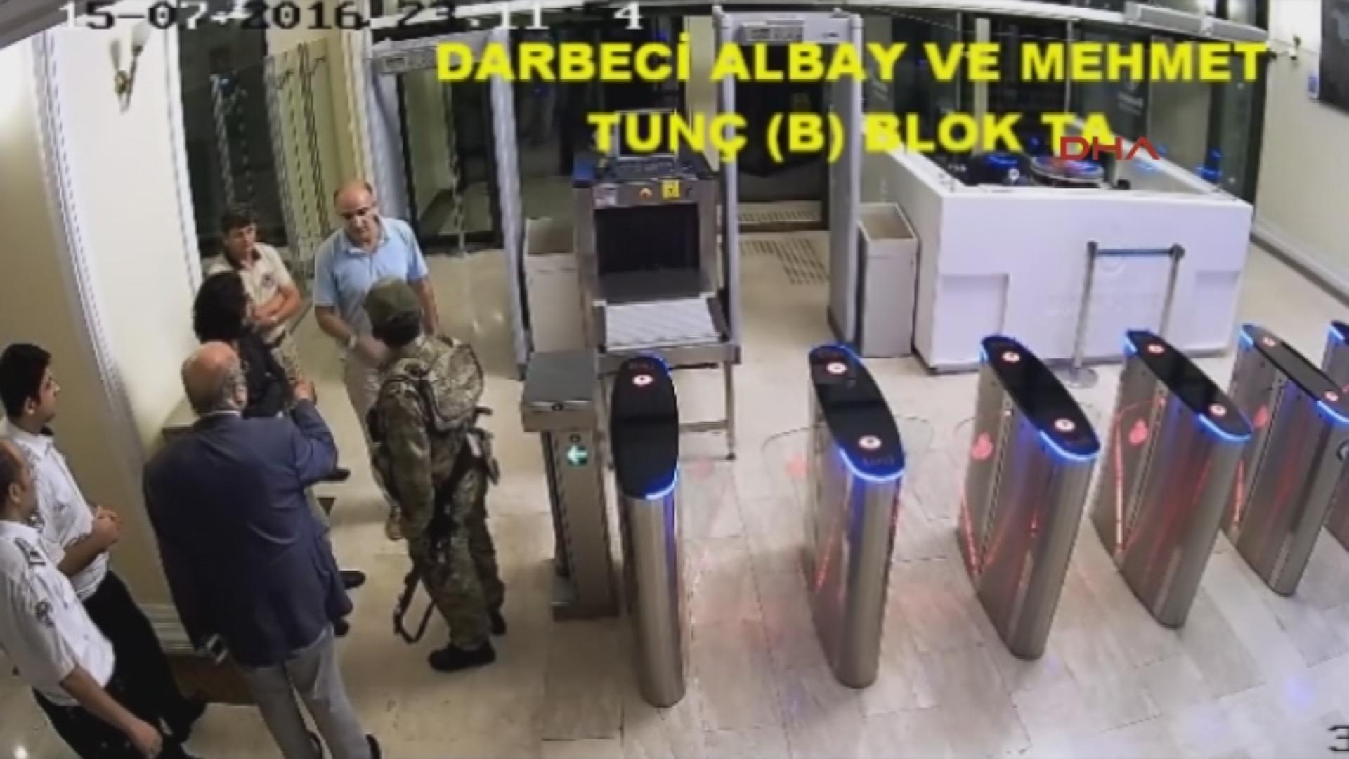 İBB Sivil Savunma Sekreteri Mehmet Tunç Darbeci askerleri kapıda karşıladı.