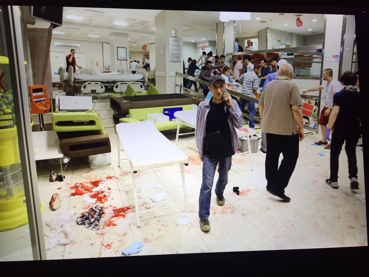 İBB binası önünde darbeci askerlerin açtığı ateş sonucu yaralanan vatandaşların tedavi edildiği hastaneden bir görüntü.