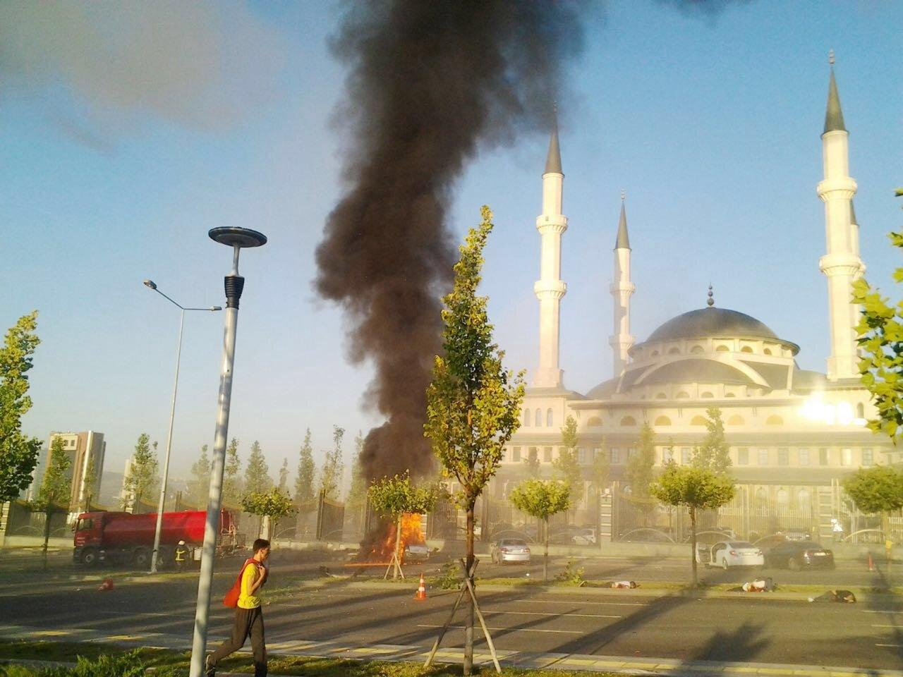 Bombalar, Millet Camisi'nin önüne park etmiş araçlardan birinin üzerine düştü. Darbeci hainlerin attığı bomba 5 ile vatandaşımız şehit oldu.