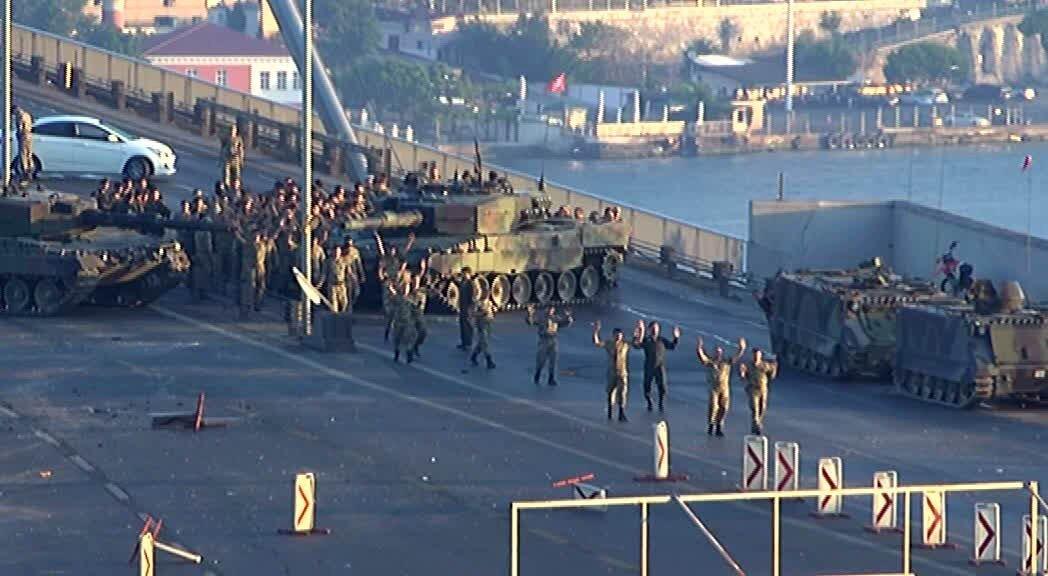 Darbe girişiminde İstanbul Boğaziçi Köprüsü'nü kontrol eden askerler teslim oldu.  -Boğaziçi Köprüsü'nün adı 25 Temmuz'da Bakanlar Kurulu kararıyla 15 Temmuz Şehitler Köprüsü olarak değiştirildi.