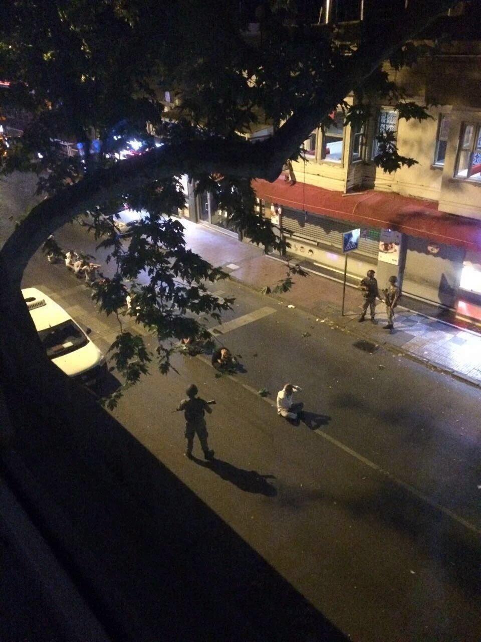 Çengelköy sokaklarında darbeci askerler tarafından vatandaşlar tek sıra halinde yerde bekletildi.