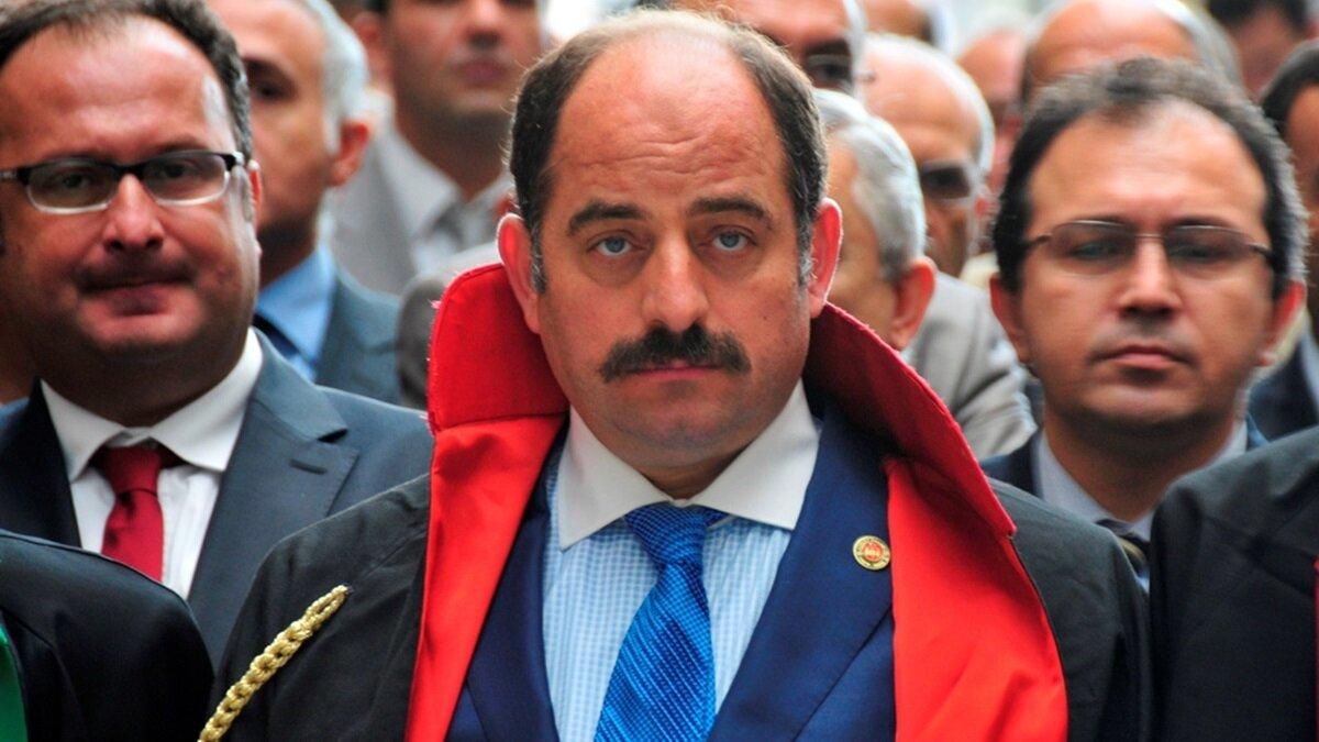 Zekeriya Öz: 1968'de Bursa'da doğdu. 1997'de savcı oldu. 2008'de Ergenekon operasyonunu başlattı. FETÖ'nün yargı içerisindeki en önemli ismi olarak ön plana çıktı. HSYK soruşturması sonrası 2015'te yurt dışına kaçtı.