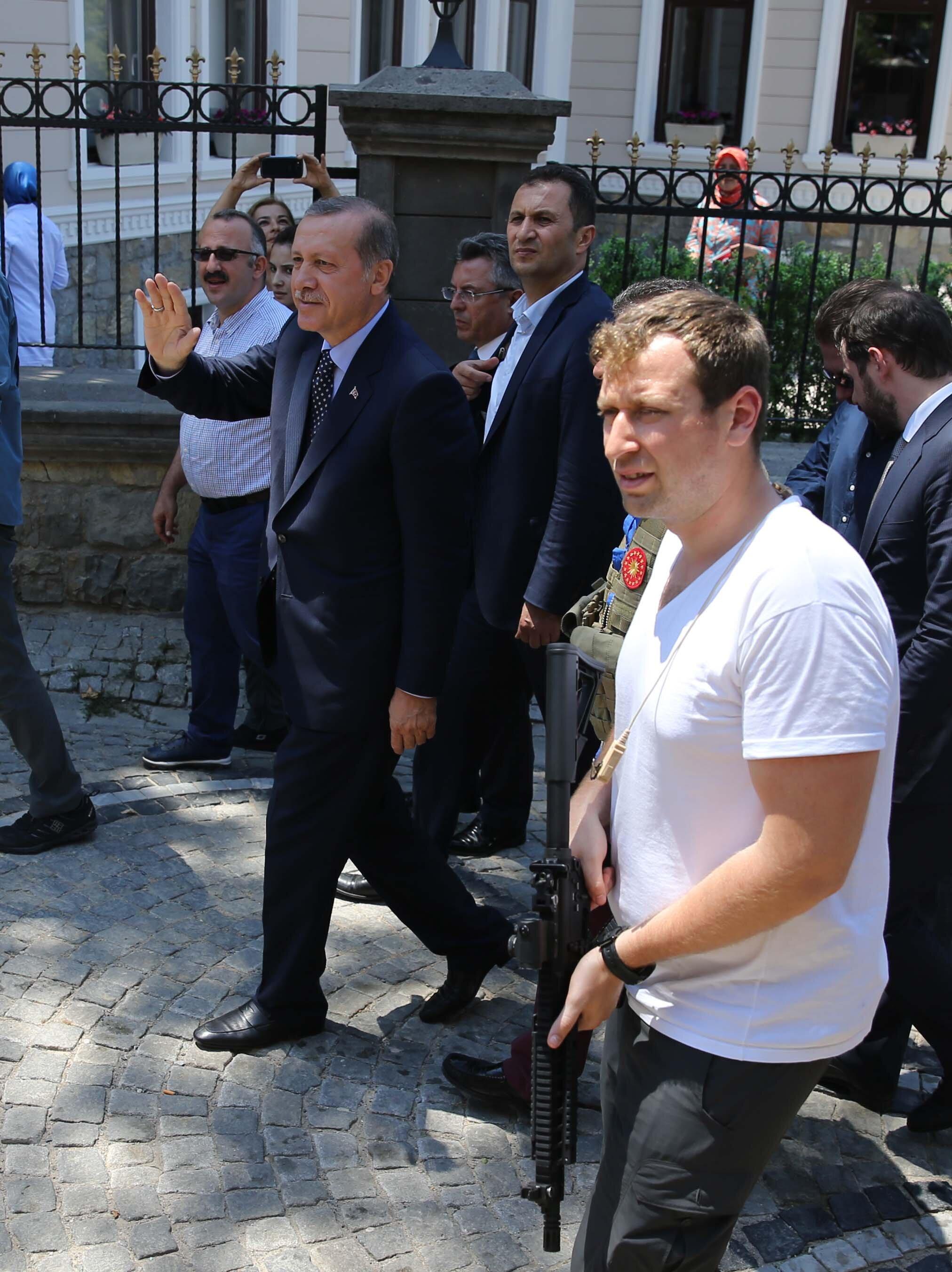 Cumhurbaşkanı Erdoğan konutu önünde toplanan halkı selamladı.