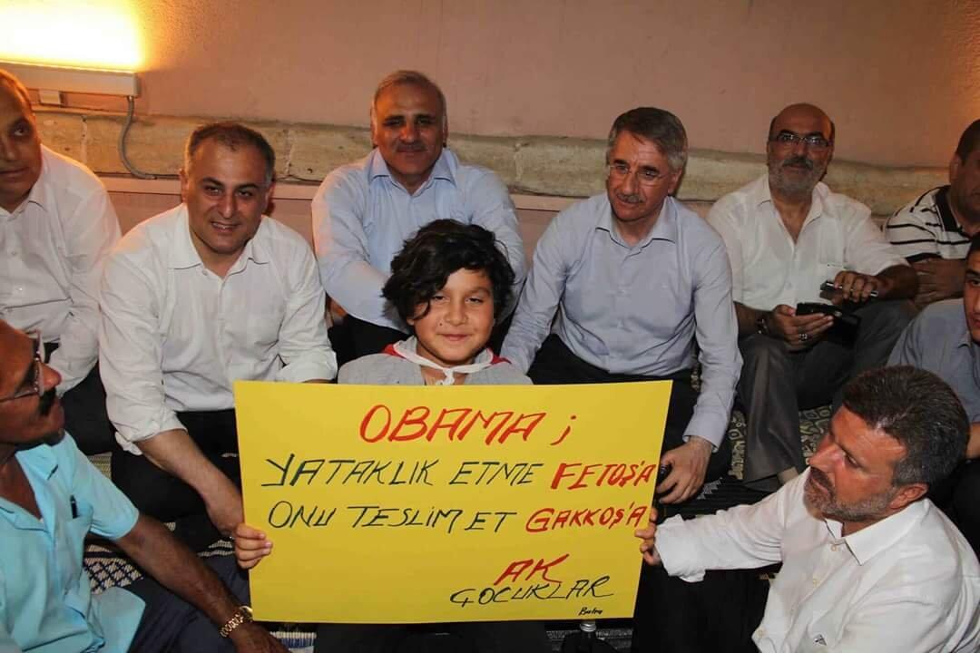 Demokrasi nöbetlerine katılan vatandaşlar hazırladıkları pankartlar ile tepkilerini dile getirdi.