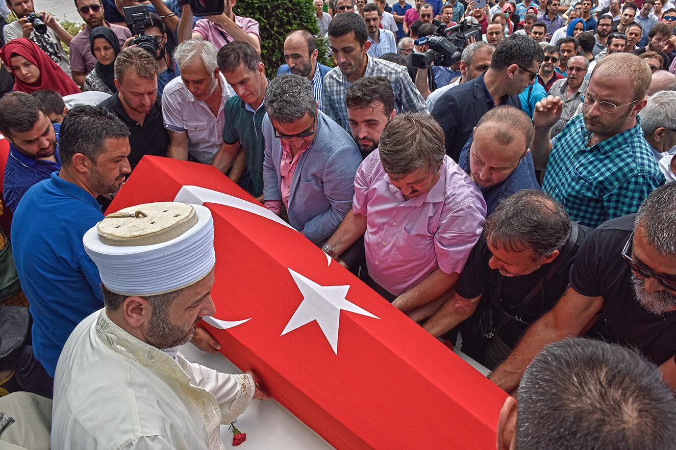 Şehidimizin naaşı Albayrak Holding binası önündeki tören alanına getirildi.
