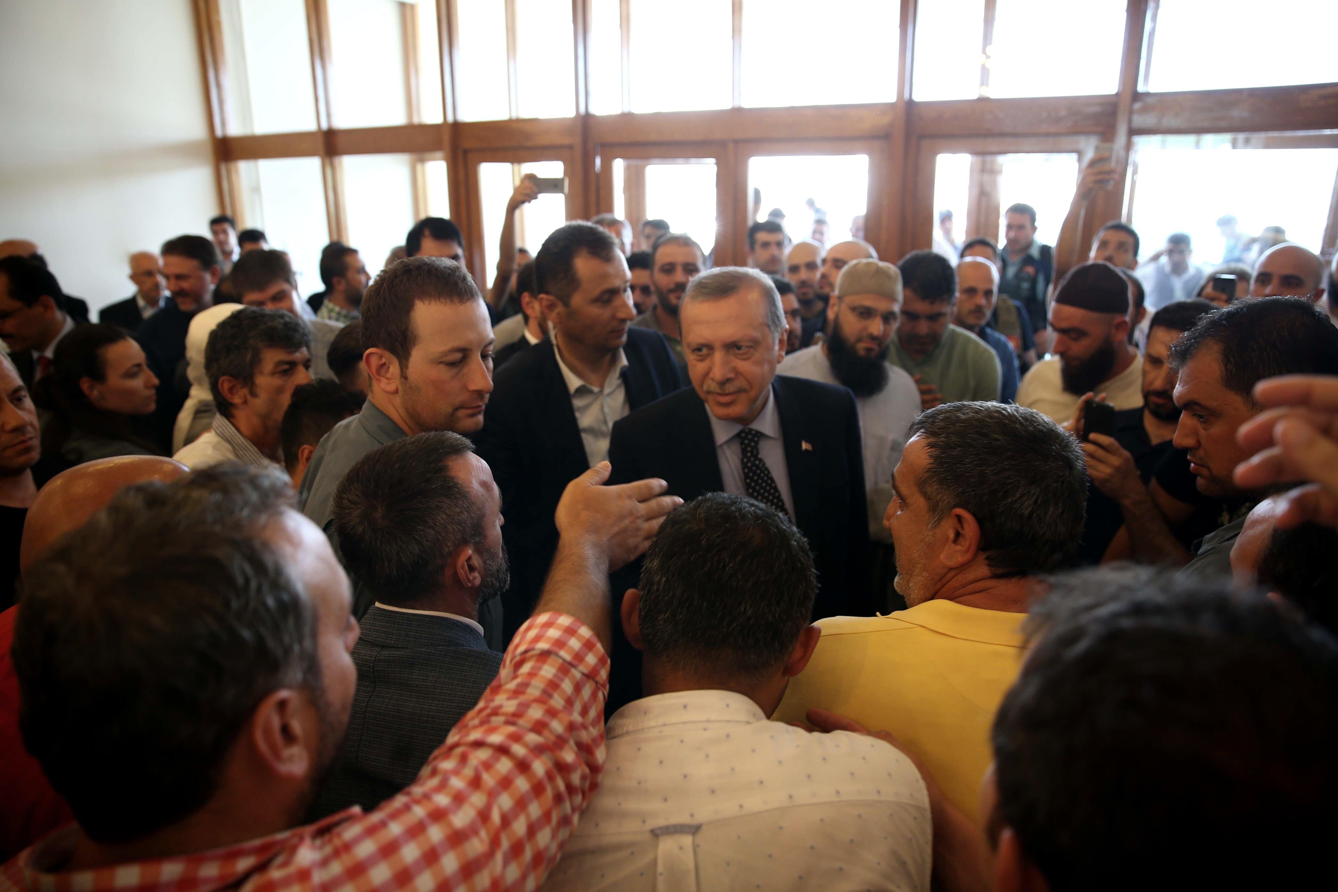 Durum normalleşene kadar milletin sokaktan ayrılmaması gerektiğini belirten Erdoğan, birlik ve beraberlik vurgusu yaptı.