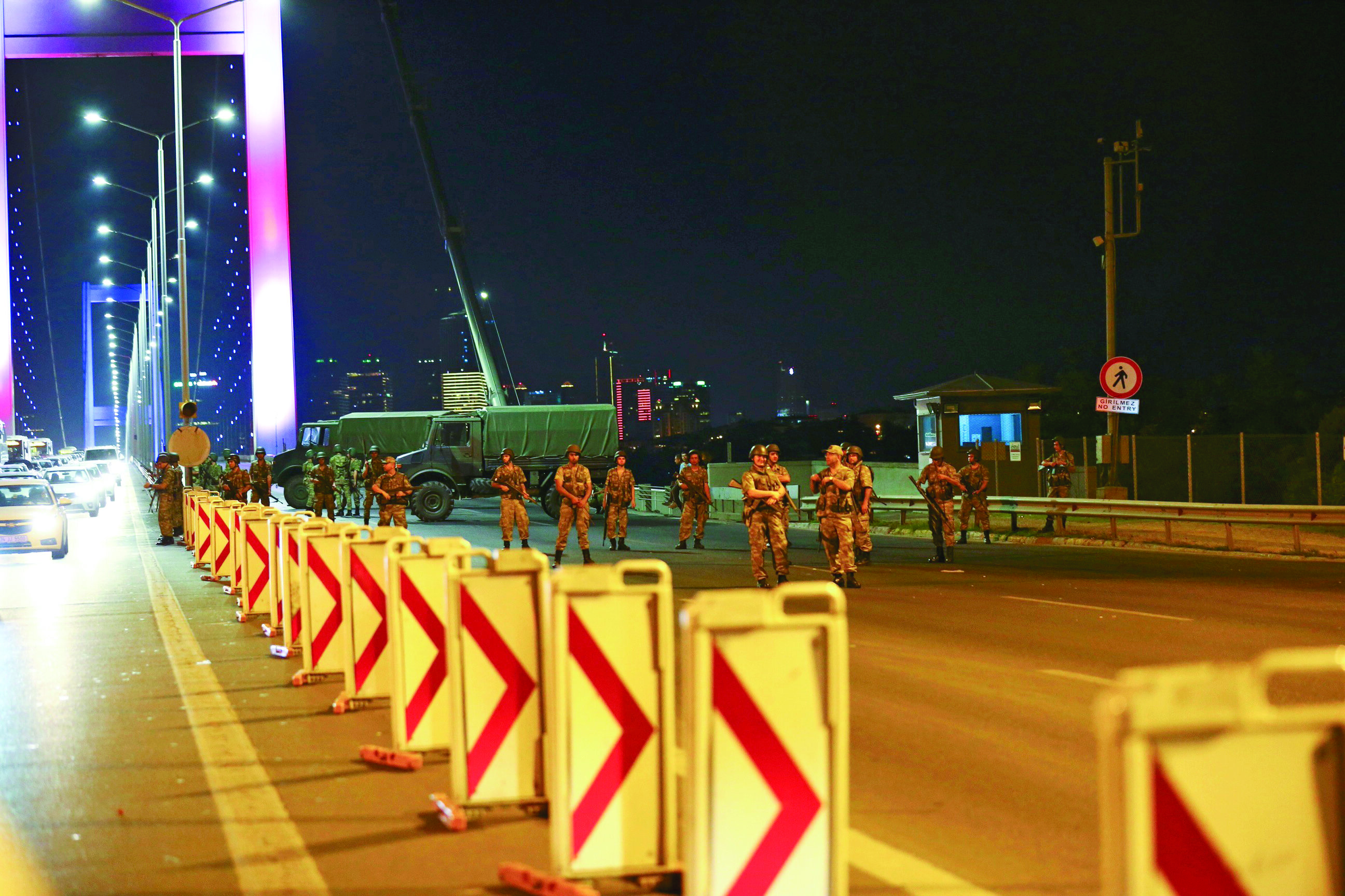 İstanbul'da Boğaziçi ve Fatih Sultan Mehmet Köprüsü'nde Anadolu'dan Avrupa Yakası'na geçiş yolu darbeci askerler tarafından trafiğe kapatıldı.