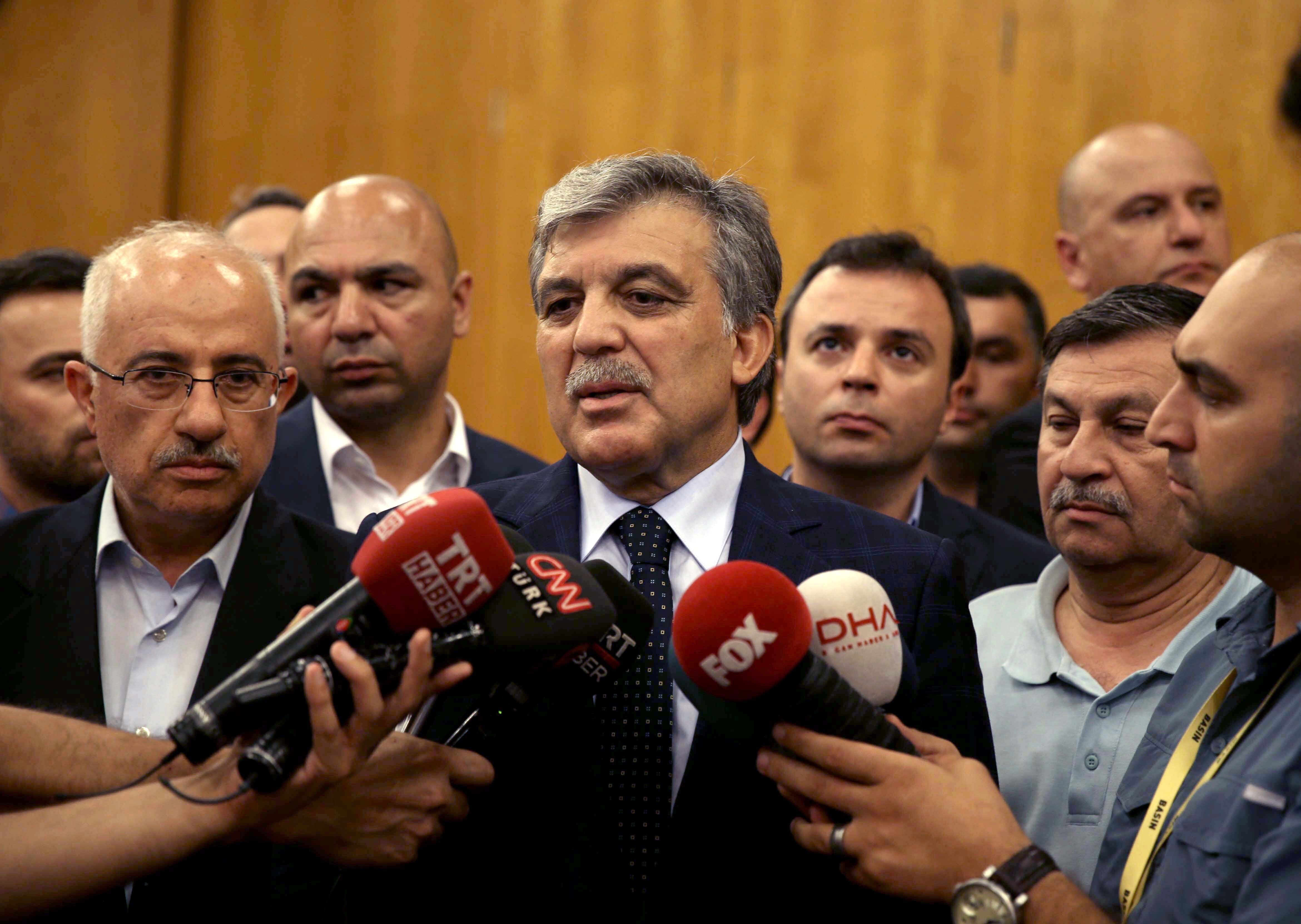Former President Abdullah Gül also arrived at the Atatürk Airport State Guesthouse to meet with President Erdoğan. Gül made a statement to the press after the meeting.