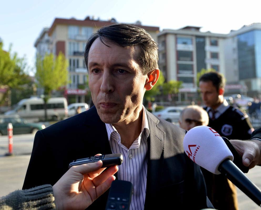 Metin Özçelik:   İstanbul 11. Ağır Ceza Mahkemesi'nin başkanlığını yaptı. Muvazzaf subayların yargılandığı İstanbul Askeri Casusluk davasını yürüttü. 32. Asliye Ceza Mahkemesi hâkimi Mustafa Başer ile aralarında Hidayet Karaca ve polis şeflerinin de bulunduğu 75 kişi hakkında tahliye kararı verdi. Bu kararın ardından tutuklandı.